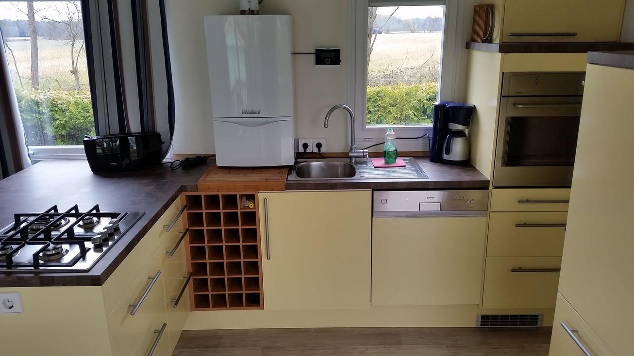 Louisan Wohnküche mit Toaster, Gastherme, Gasherd, Kühlschrank, Kaffeemaschine, Geschirr etc.